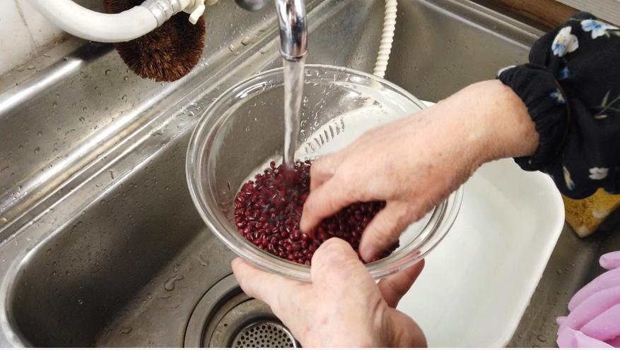 【赤飯の作り方1-1】1.軽く水洗いして、鍋に入れ豆の3倍くらいの熱湯を加え、すぐに煮始めます。