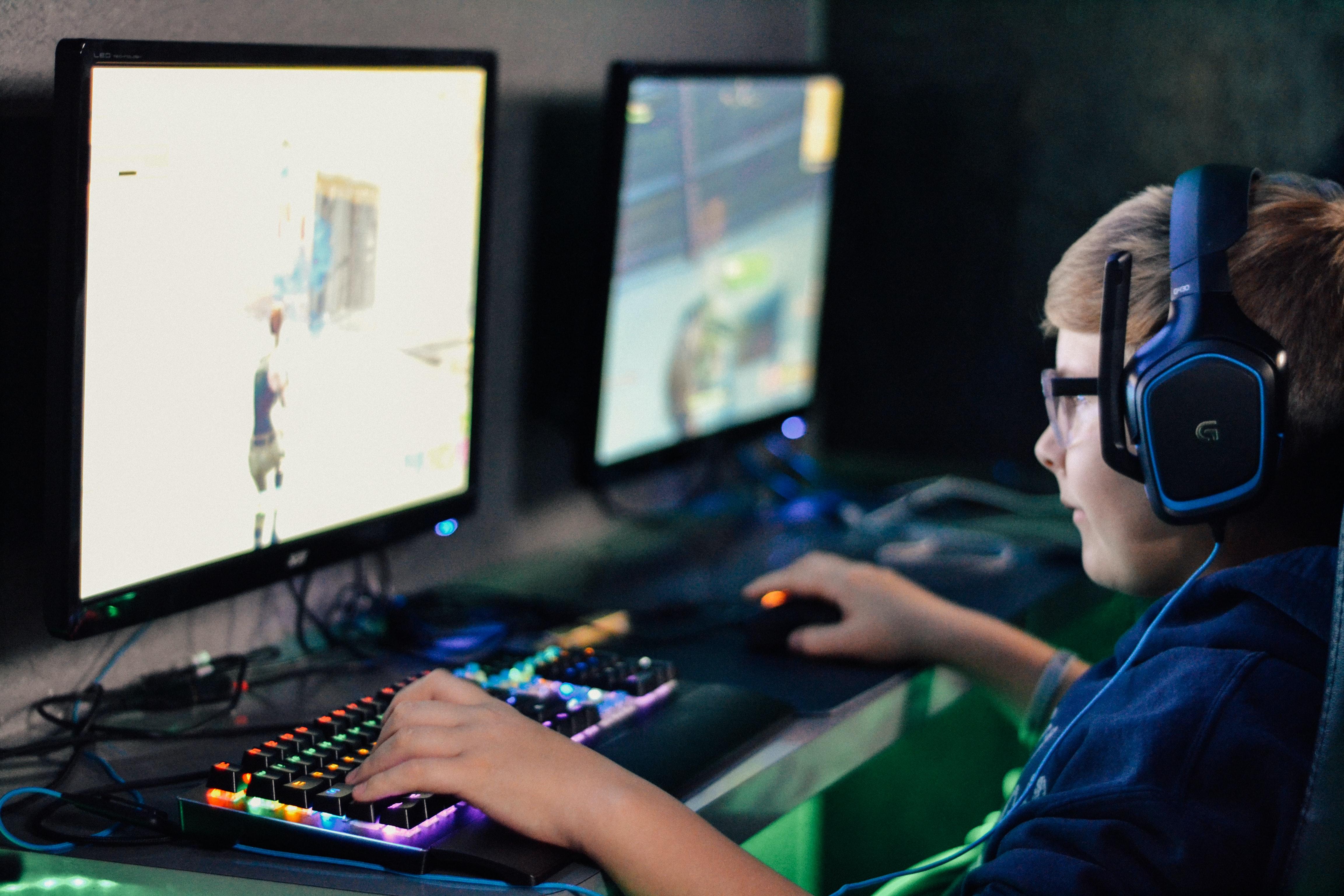 「フォートナイトに集合して毎日おしゃべりしながらゲームをする小学生」から見えてくる世界は「常時接続」であり、「イヤホンの常時着用→AR→VR」であり、「課金によるコンテンツ+α」の文化をスタンダードとする世代