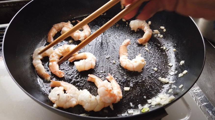 【海老とブロッコリーの炒め物レシピ3】3.フライパンに油とにんにくを入れて香りが立ったら、海老を軽く炒めます。