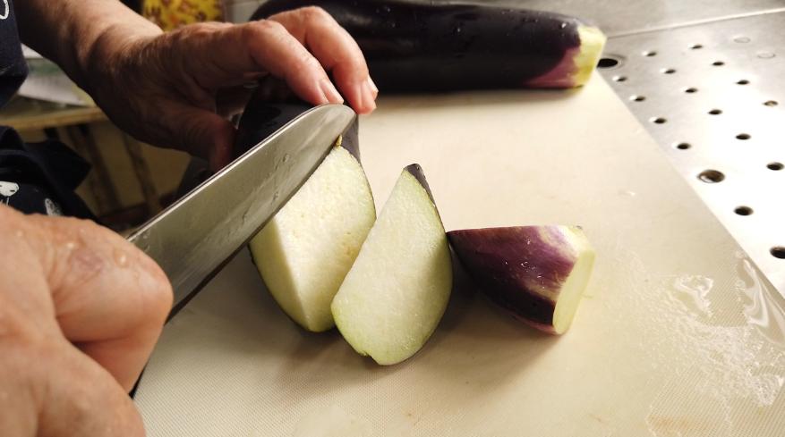【なすの煮物レシピ1】1.なすを乱切りにして、水にさらします。