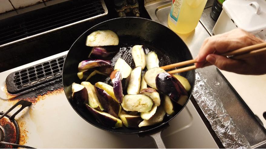 【なすの煮物レシピ2】2.フライパンに油を加えて、なすを炒めます。