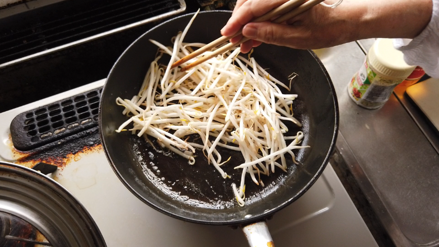 【もやしと錦糸卵の酢の物レシピ2】2.フライパンに油を敷いて、もやしを軽く炒めます。