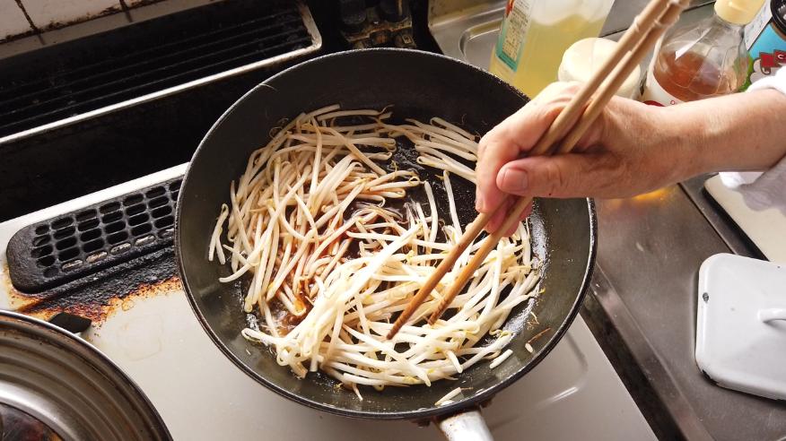 【もやしと錦糸卵の酢の物レシピ3】3.砂糖・塩コショウ・酢・醤油を加えて混ぜたら、フタをして火を止めます。