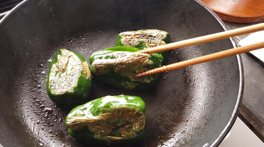 【ピーマンの煮物レシピ2】2.フライパンに油を加えて、ピーマンを炒めます。