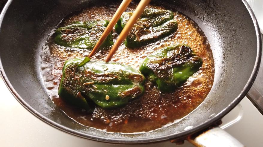 【ピーマンの煮物レシピ3】3.ピーマンに焼き目がついたら、砂糖・みりん・醤油・出汁(または水+和風だしの素)を加えて、フタをして煮込み、柔らかくなったら出来上がり!
