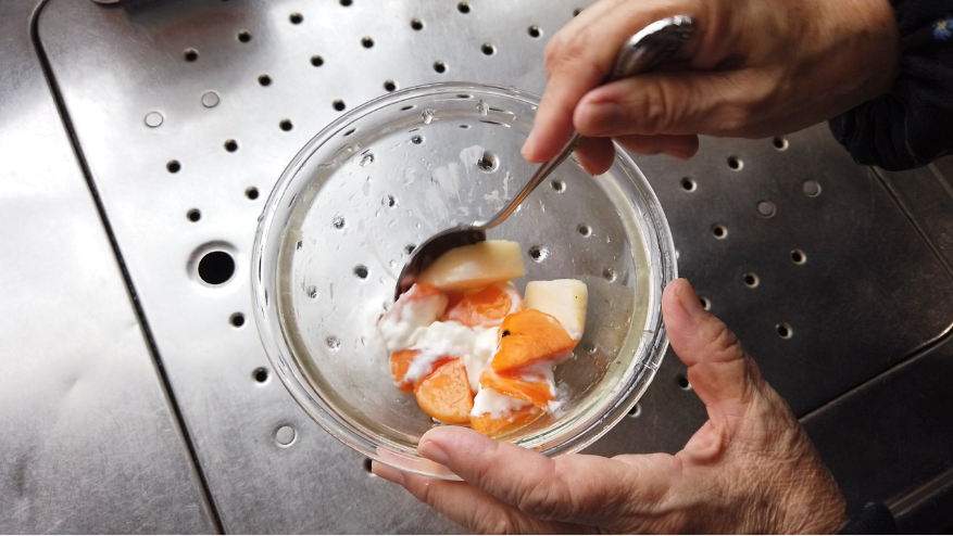 【柿とリンゴのヨーグルトサラダレシピ5】5.はちみつ柿レモンのつけ汁、りんご酢、塩、ヨーグルトを加えて、混ぜたら出来上がり!