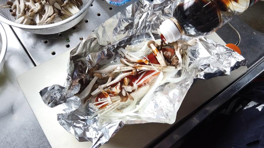 【鮭ときのこのホイル焼きレシピ3-1】3.こしょう、酒、しょうゆを入れてアルミホイルを包みます。