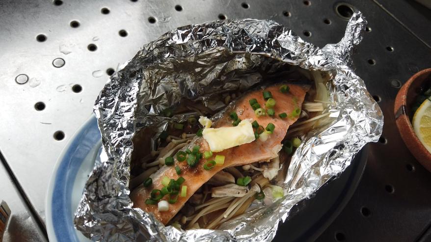 【鮭ときのこのホイル焼きレシピ5】5.鮭に火が通ったら、小口切りにした小ネギ、バターをのせて出来上がり!